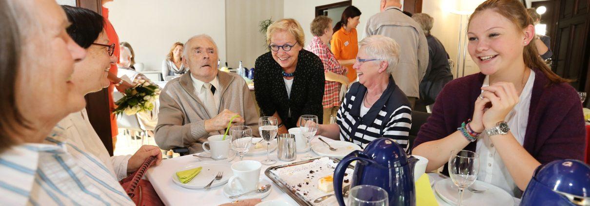 Staatssekretärin Beate Bröcker hört Angehörigen bei der Lebenshilfe zu