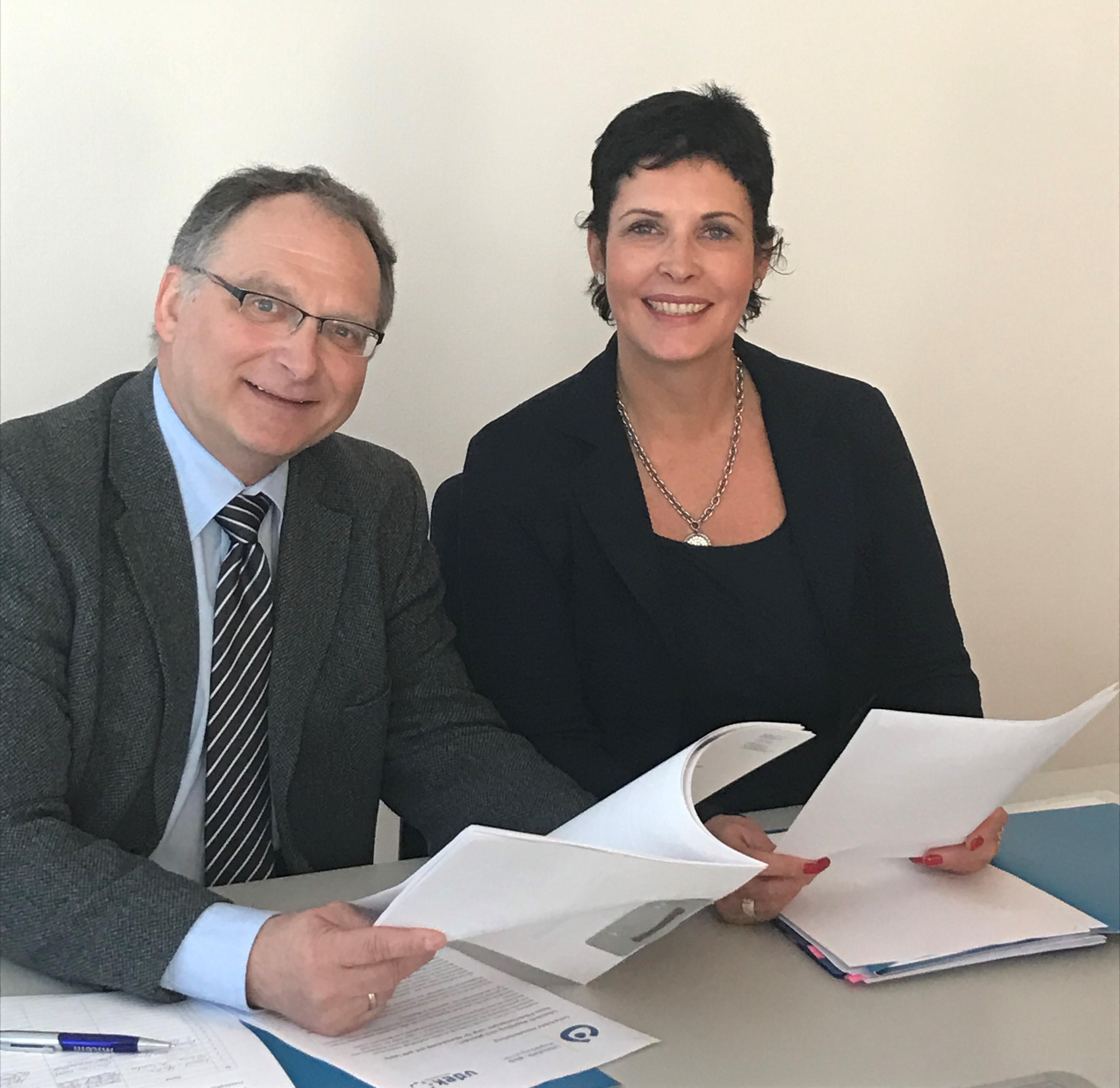Freuen sich über den ersten Vertragsabschluss, Heike Woost (Lebenshilfe Magdeburg) und Dr. Volker Schmeichel (vdek-Sachsen-Anhalt) von rechts
