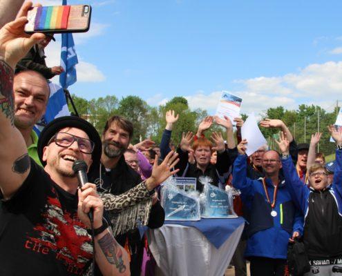"""(Stefan Michme mit einem """"Selfie"""" mit allen Siegern des Sportfestes)"""