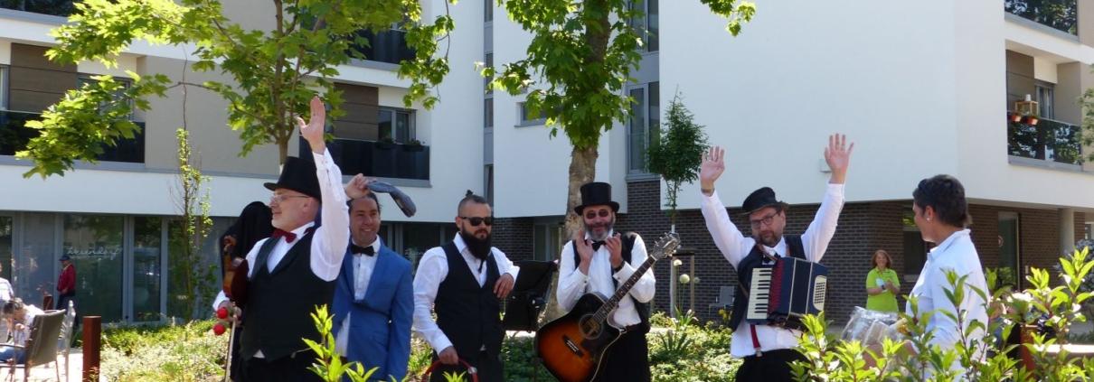 Nobert Diehl (senior - Geige) Norbert Diehl (junuor - Tamburin/Rassel) Peter Benkewitz (Akkordeon) Matias Tosi (künstlerischer Leiter Hundertwasserhaus) Matthias Bosch (Gitarre)